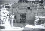 Le professeur Francesco d'Andria devant le tombeau exhumé