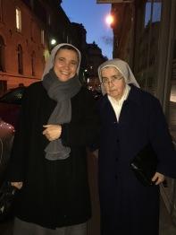 Sr Felicia et Sr Georgette en allant à la messe à Paris